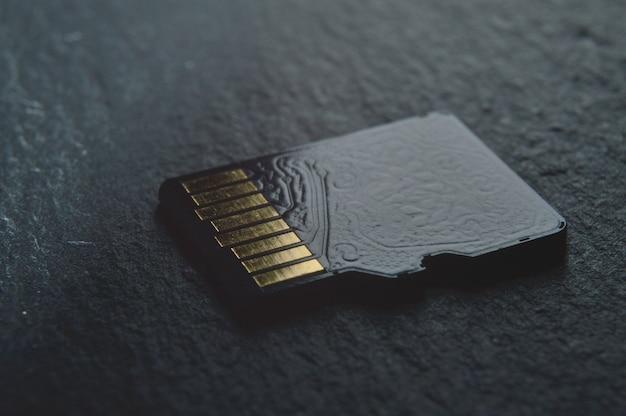 Jedna karta micro sd leży, ze złotymi stykami u góry. zbliżenie.