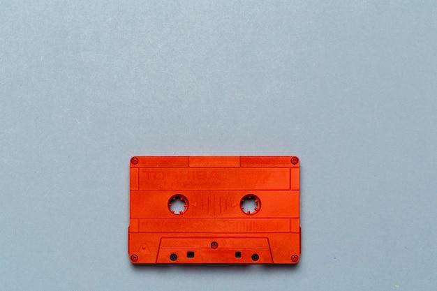 Jedna kaseta retro audio na jasnoszarym widoku z góry