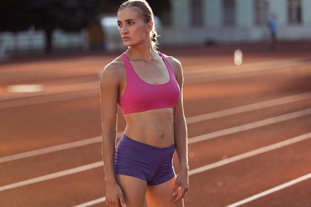 Jedna kaukaska kobieta lekkoatletka biegaczka ćwicząca samotnie na stadionie publicznym