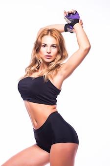 Jedna kobieta wykonywania fitness zumba taniec w sylwetce na białej ścianie