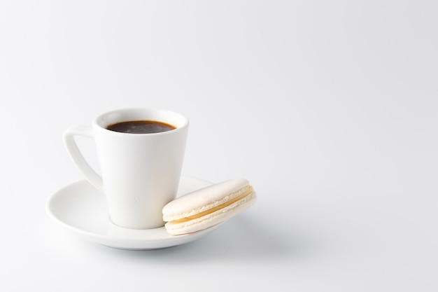 Jedna mała filiżanka espresso z białym makaronikiem