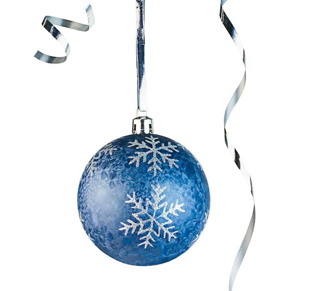 Jedna niebieska ozdoba świąteczna z wstążkami na odosobnionym białym tle