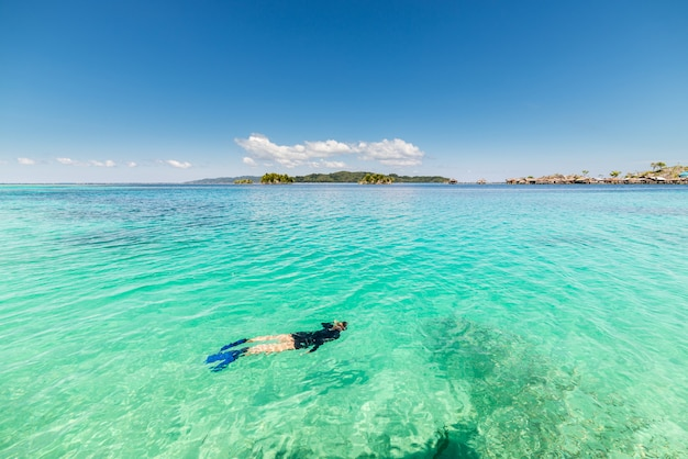 Jedna osoba snorkeling w turkusowej przezroczystej wodzie, sulawesi indonezja
