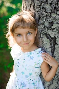 Jedna piękna mała dziewczynka na zewnątrz. szczęśliwe dzieciństwo