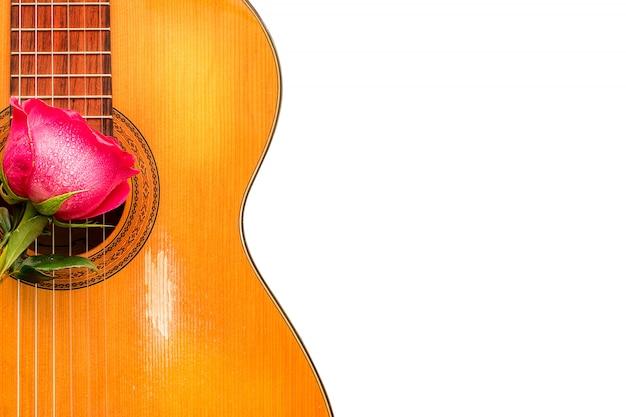 Jedna róża na starej gitarze klasycznej