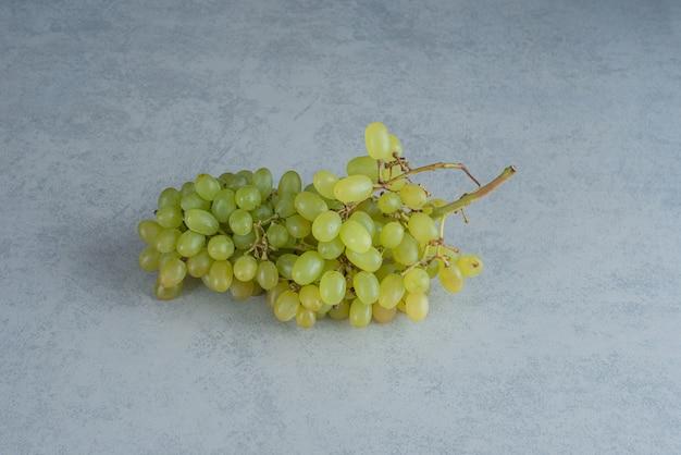 Jedna świeża gałąź winogron na ciemnym tle. wysokiej jakości zdjęcie