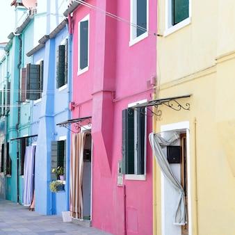 Jedna ulica na wyspie burano (wenecja, włochy) z domami w różnych kolorach