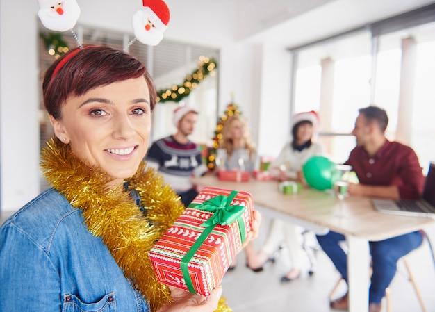 Jedna z kobiet chce dać prezent pod choinkę