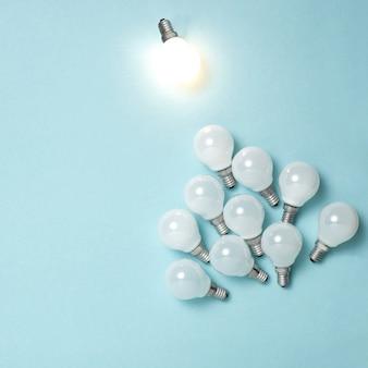 Jedna żarówka wyróżnia się, świeci inaczej. koncepcje pomysłów na kreatywność w biznesie.