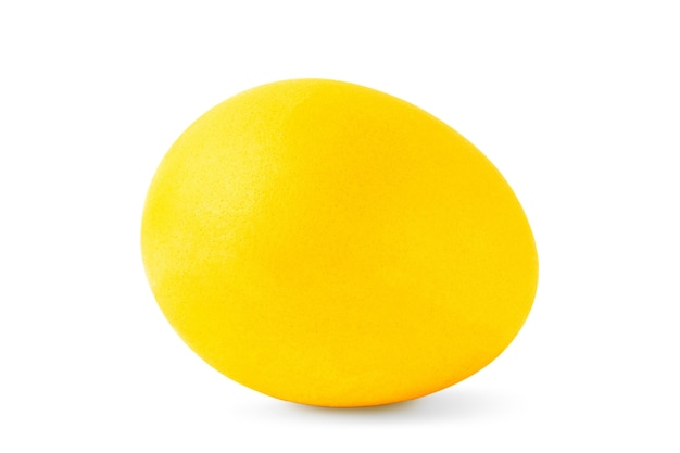 Jedna żółta pisanka na białym tle na białym tle, zbliżenie
