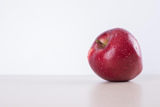 Jedno czerwone jabłko.