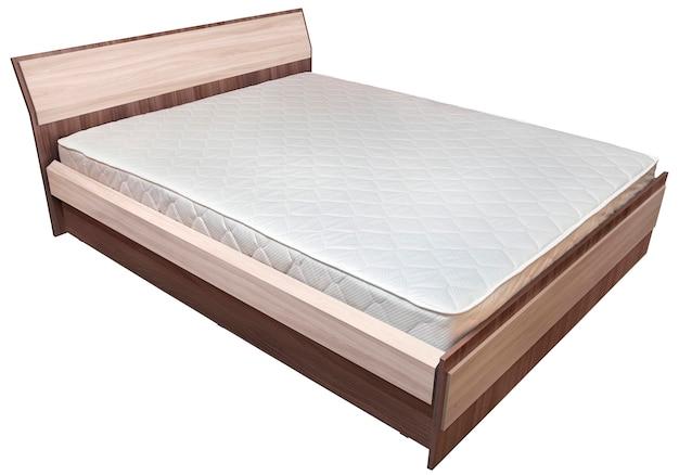 Jedno drewniane podwójne łóżko z materacem sprężynowym, na białym tle.