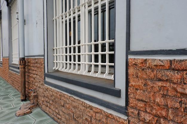 Jedno duże okno na ścianie budynku na ulicy
