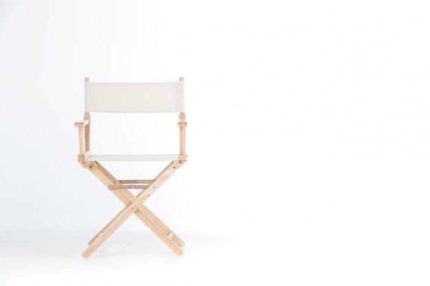 Jedno krzesło na białym tle.