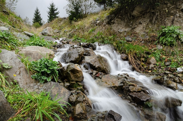 Jedno z najpiękniejszych miejsc turystycznych w trabzon, turcja. uzungol - górska dolina z jeziorem pstrągowym i małą wioską