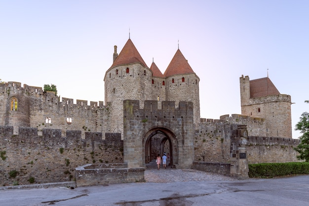 Jedno ze starożytnych wejść do zamku średniowiecznego miasta carcassonne