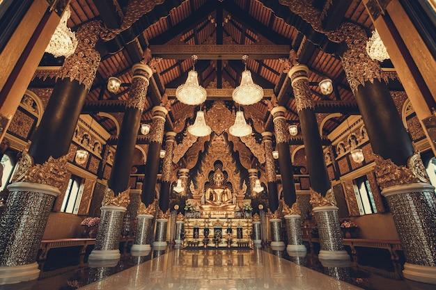 Jedno ze złota buddy w świątyni tajlandii