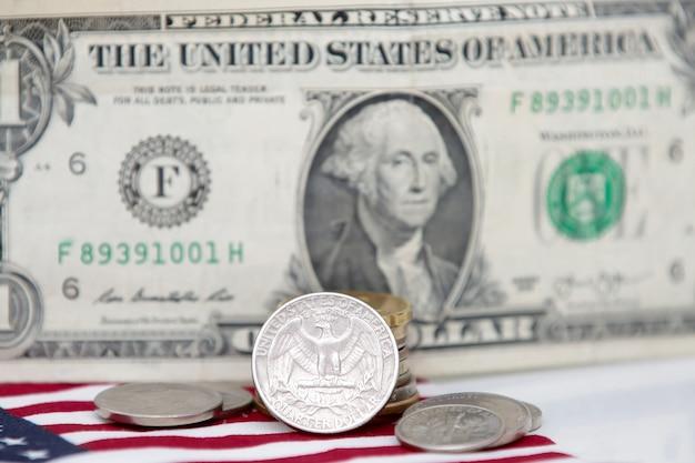 Jednodolarowy banknot stanów zjednoczonych z monetami i flagą na dole