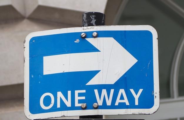 Jednokierunkowy znak drogowy