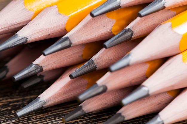 Jednokolorowe drewniane ołówki z szarym grafitem do rysowania i kreatywności