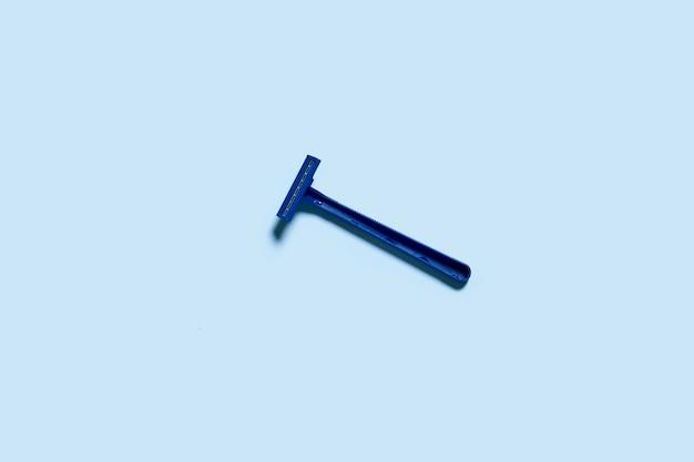 Jednorazowa maszynka do golenia na niebieskim tle, widok z góry