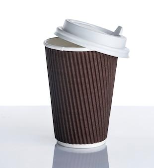 Jednorazowa papierowa filiżanka kawy na białej powierzchni