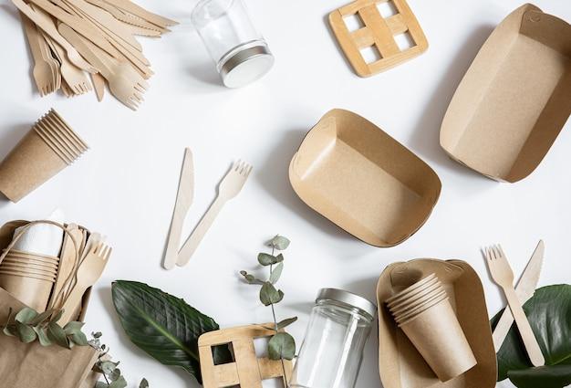 Jednorazowa, przyjazna dla środowiska zastawa stołowa. ekologiczna jednorazowa zastawa stołowa. koncepcja ratowania planety, odrzucenie plastiku.