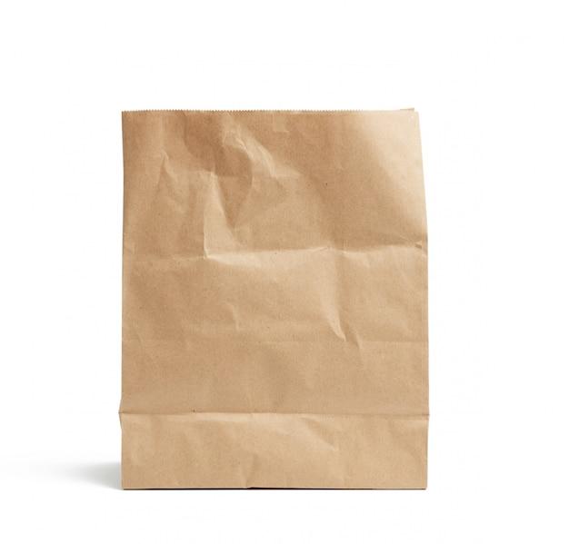 Jednorazowa torba z brązowego papieru pakowego na białym tle, koncepcja odrzucenia opakowań z tworzyw sztucznych