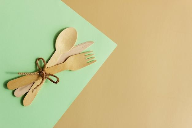 Jednorazowa zastawa stołowa, łyżka, nóż i widelec z naturalnego drewna, przyjazne dla środowiska. biodegradowalna zastawa piknikowa, nowoczesny zamiennik plastiku.