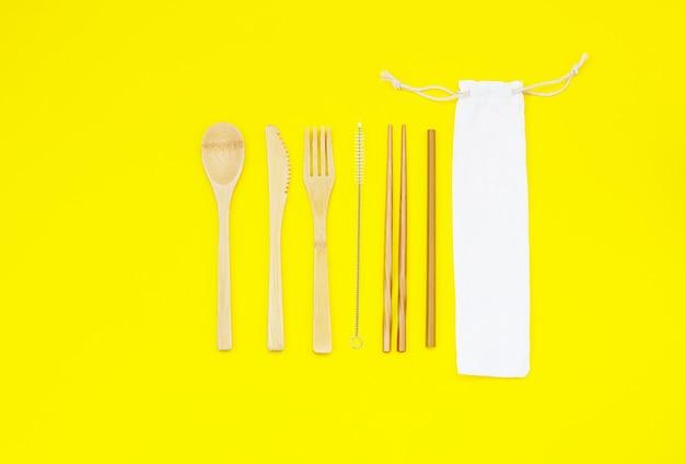 Jednorazowa zastawa stołowa wykonana z ekologicznych materiałów i lnianych małych torebek
