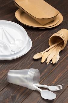 Jednorazowe białe plastikowe naczynia. ekologiczne naczynia jednorazowe z tektury.
