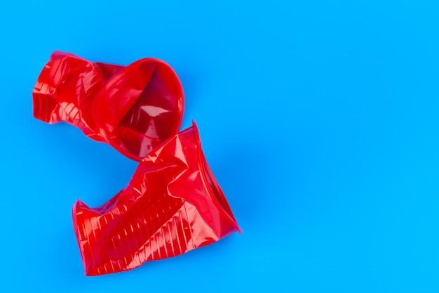 Jednorazowe kolorowe kubki plastikowe śmieci. koncepcja śmieci i zanieczyszczenia