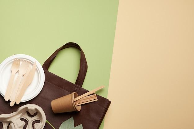 Jednorazowe przybory papierowe z brązowego papieru rzemieślniczego i materiałów pochodzących z recyklingu na zielono