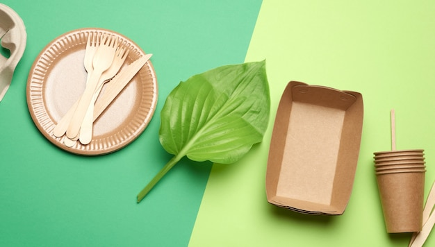 Jednorazowe przybory papierowe z brązowego papieru rzemieślniczego i materiałów pochodzących z recyklingu