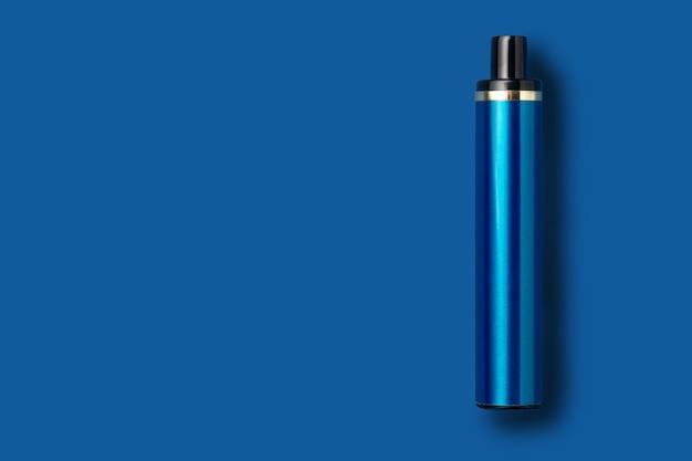 Jednorazowy e-papieros na niebieskim tle na białym tle. koncepcja nowoczesnego palenia, vapingu i nikotyny. widok z góry