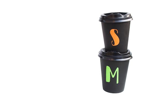 Jednorazowy karton czarny kubek na białym tle na białej powierzchni, ekologiczny kubek do gorących napojów. skopiuj miejsce.