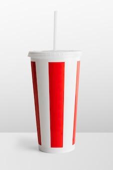 Jednorazowy kubek do napojów bezalkoholowych w czerwono-białe paski
