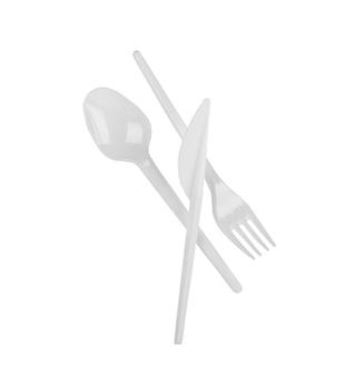 Jednorazowy plastikowy nóż do łyżki i widelec na białym tle realistyczna biel