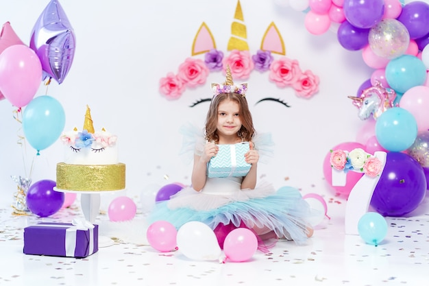 Jednorożec dziewczynka gospodarstwa pudełko. pomysł na dekorację przyjęcia urodzinowego w stylu jednorożca. jednorożecowa dekoracja na imprezową dziewczynę