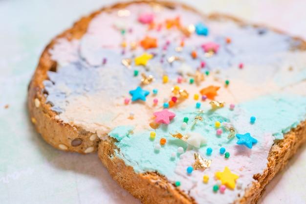 Jednorożec tostowy chleb z kolorowym serem kremowym