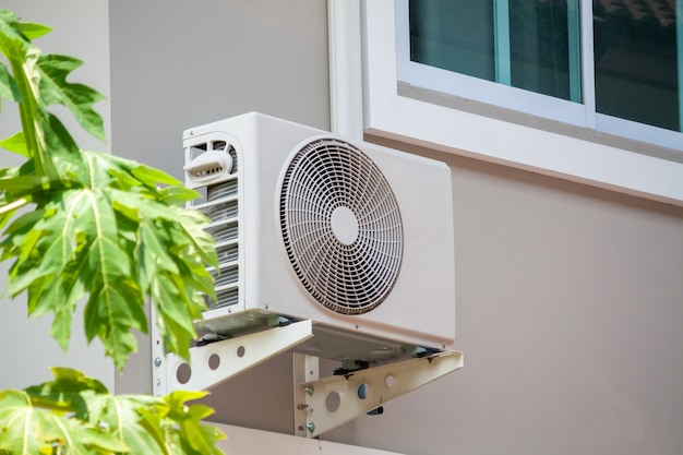 Jednostka zewnętrzna sprężarki klimatyzacji zainstalowana na zewnątrz domu