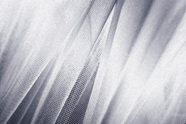 Jedwabista srebrna tkanina z teksturą wężowej skóry