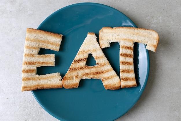 Jedz słowo zrobione z grzankami
