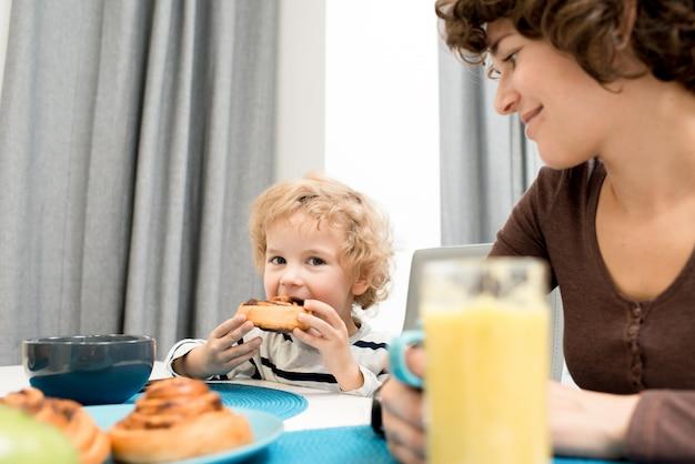 Jedząc śniadanie na łonie rodziny