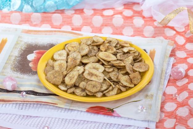 Jedzenie chipsów bananowych