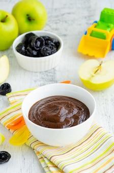 Jedzenie dla dzieci. domowe puree z zielonych jabłek i suszonych śliwek