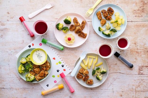 Jedzenie dla dzieci, nuggetsy z kurczaka i brokuły