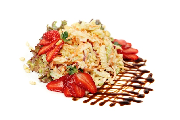 Jedzenie dla smakoszy. zdrowa sałatka z warzyw, orzechów, jagód i zieleni