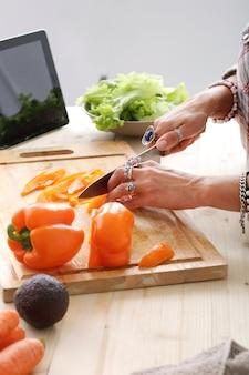 Jedzenie. dziewczyna w kuchni