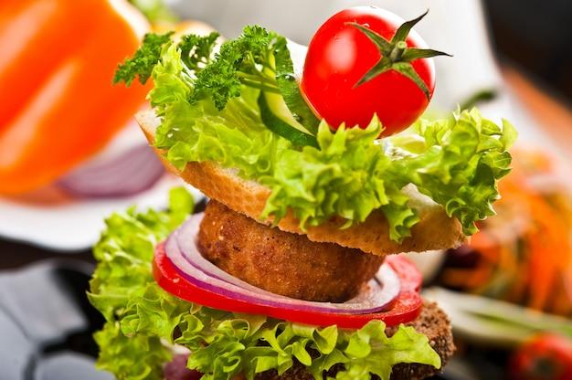 Jedzenie fast foodów na talerzu